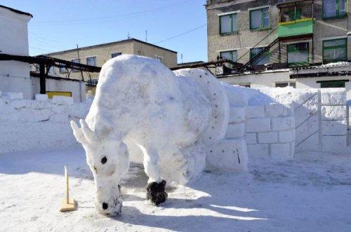 Снежные скульптуры в украинских колониях (16 фото)