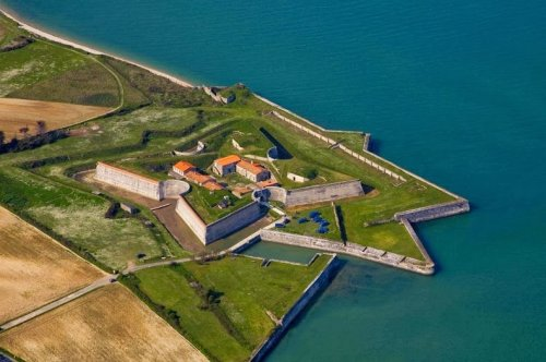 7 Потрясающих крепостей на побережье Франции (19 фото)