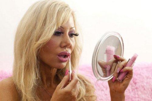 Женщина, готовая стать глупее, чтобы быть похожей на куклу Барби (18 фото)