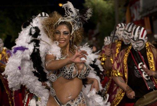 Зажигательные участницы карнавала в Монтевидео (20 фото)