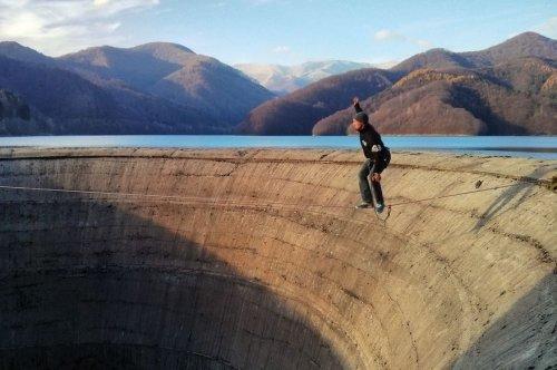 По канату над 60-метровой пропастью (8 фото)