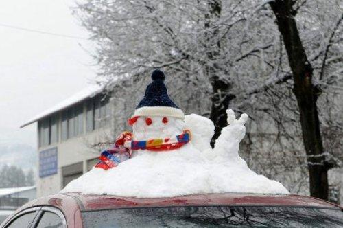 Бизнес-смекалка: китайцы продают маленьких снеговиков в качестве украшений для крыш автомобилей (5 фото)