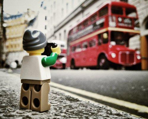 Приключения LEGO-фотографа в серии снимков Эндрю Уайта (22 фото)