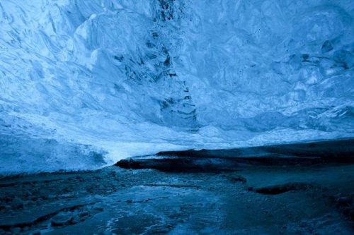 Внутри кристаллической ледяной пещеры Исландии (11 фото)