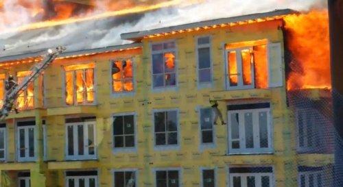 Строитель спасается из горящего здания