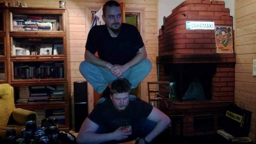 фото знаменитостей сидя на корточках