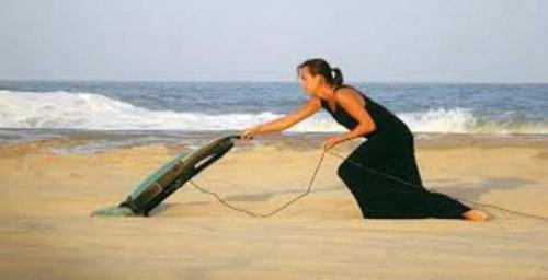 Странные женщины с пылесосом на улице (19 фото)