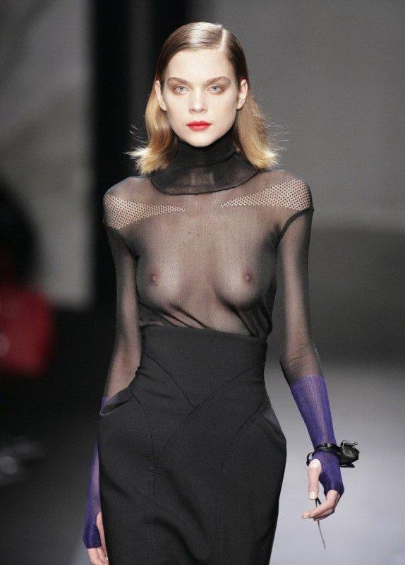 позволява голые сиськи на показах мод убрала