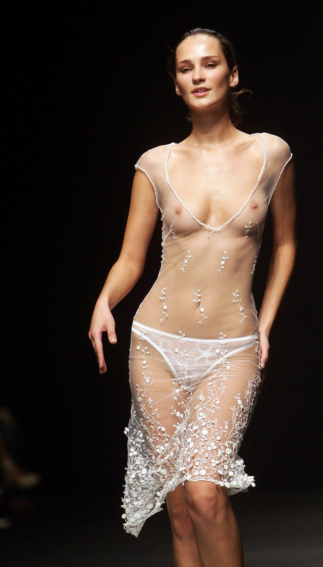 Фото голых моделей на показе 25 фотография
