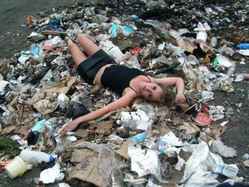 Королевы туалетов, ковров и мусорок (14 фото)