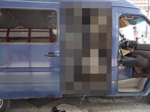 Необычный способ контрабанды автомобиля (4 фото)