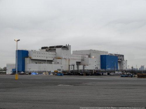 Баржа-тюрьма, пришвартованная в Бронксе (9 фото)