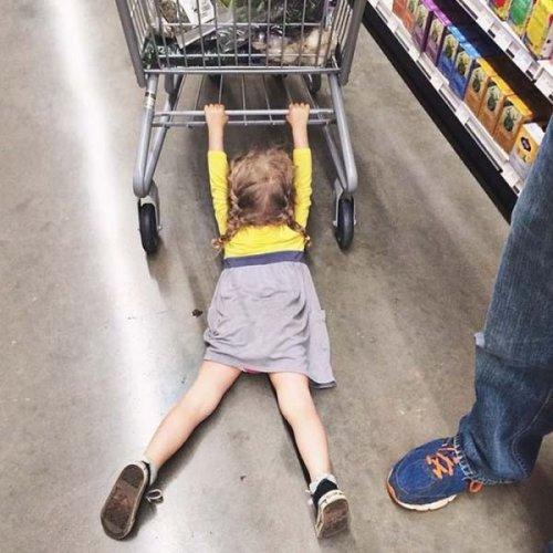 Дети в магазине (22 фото)