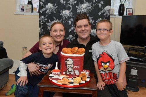 Ведро куриных крыльев KFC с сюрпризом (5 фото)