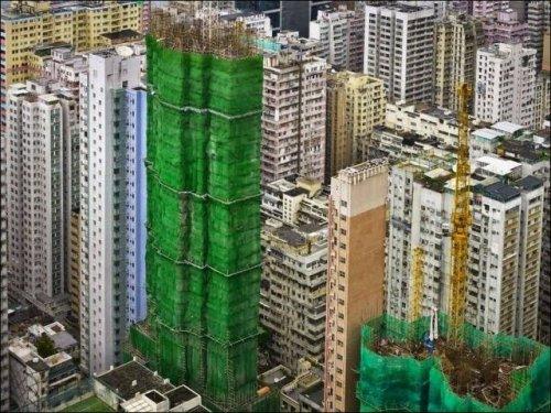 Сингапурские небоскрёбы в разноцветных коконах (14 фото)
