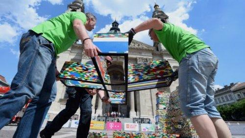 Самую высокую в мире LEGO-башню построили в Венгрии (10 фото)
