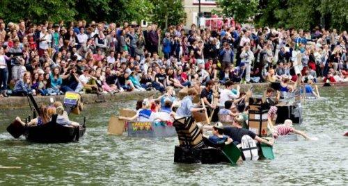 Сумасшедший заплыв английских студентов в Кембридже (9 фото)