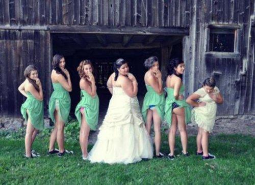Новый свадебный фототренд: задранные платья подружек невесты (5 фото)