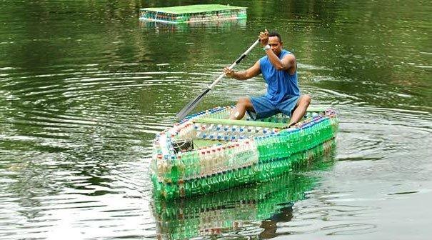 лодка не без;  моторчиком изо  пластиковой бутылки