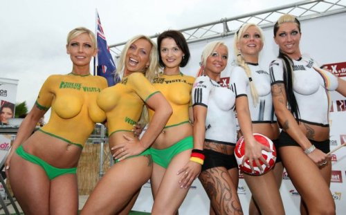 Женский футбол топлес в поддержку немецкой сборной (21 фото)