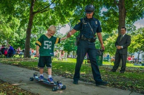 Встречайте первого в мире полицейского, передвигающегося на скейтборде (3 фото + видео)