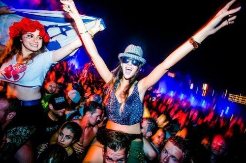 Девушки на фестивале танцевальной музыки Tomorrowland 2014 (33 фото)