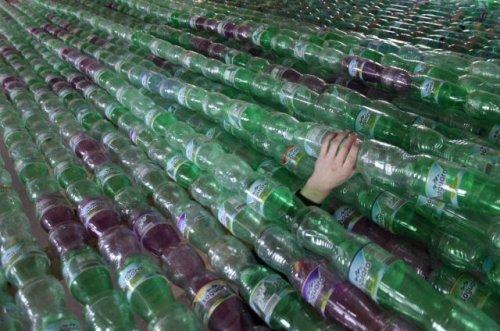 Студенты соорудили лодку из пластиковых бутылок (15 фото)