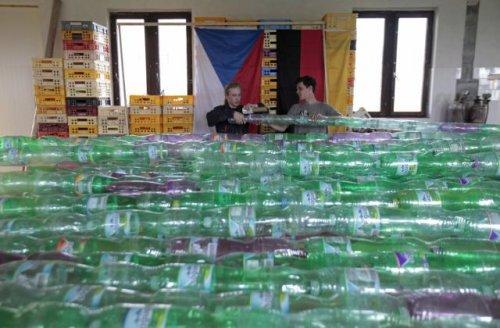 Студенты соорудили лодку из пластиковых бутылок