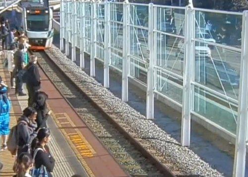Пассажиры поезда наклонили вагон, чтобы спасти мужчину