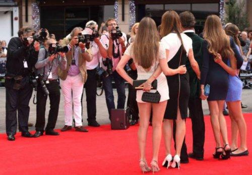 """Сильвестр Сталлоне на премьере """"Неудержимых 3"""" в компании своих красавиц (11 фото)"""