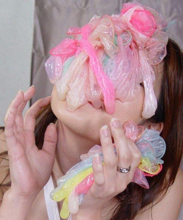 Фото девушек с использованным презервативом