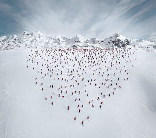 Сотни альпинистов в грандиозной фотосессии на горе Маттерхорн (14 фото + видео)