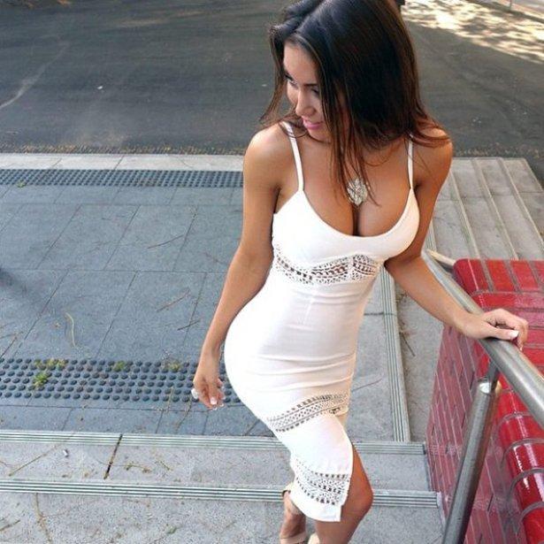Фото брюнетка в обтягивающем платье