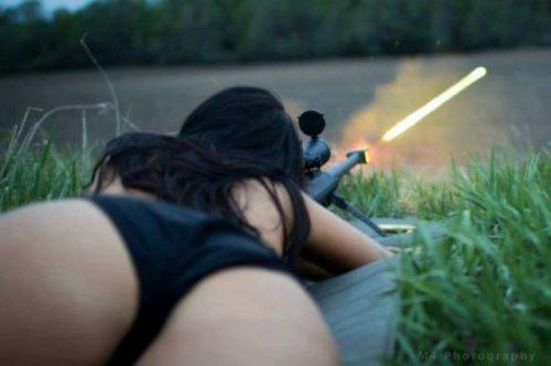 Сексуальные девушки с оружием (27 фото)