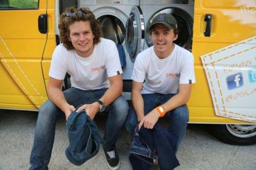 Два друга из Австралии создали прачечную на колёсах для бездомных людей (16 фото)