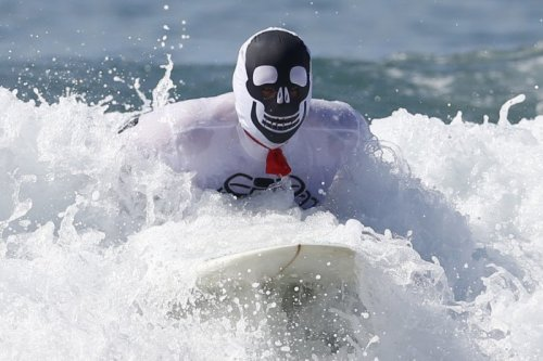В Санта-Монике прошли соревнования среди серфингистов, посвящённые Хэллоуину (19 фото)