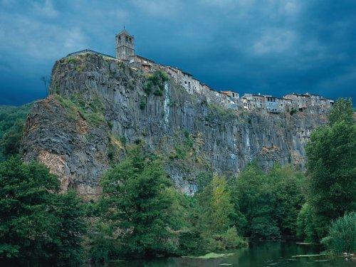 Самые живописные города, возведённые на скалах (33 фото)
