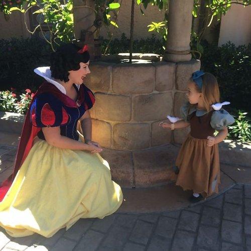 Невероятные вышитые диснеевские костюмы для дочери (25 фото)