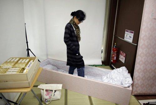 Шок-тенденция среди японцев: организация собственных похорон (18 фото)