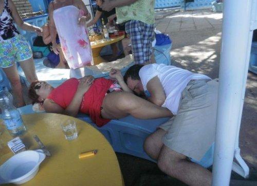 Уснувшие в самых неожиданных местах (34 фото)