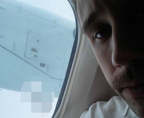 Что может попасть в иллюминатор во время полёта (2 фото)