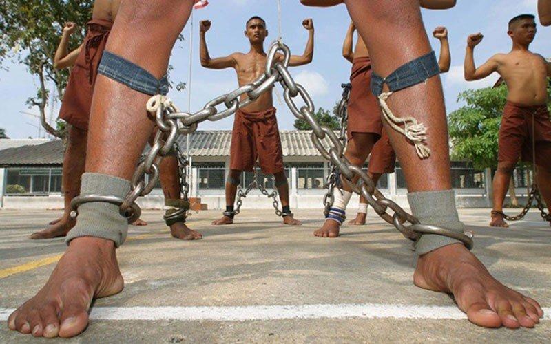Три телки в тюремном душе 4 фотография