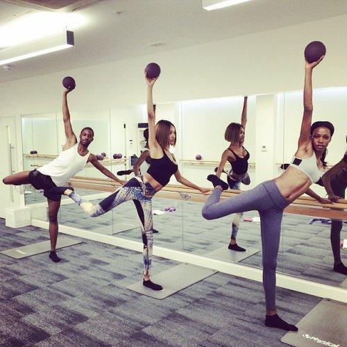 Модели Victoria's Secret готовятся к предновогоднему показу (13 фото)