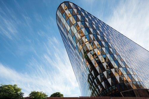 Уникальные здания наклонной формы (31 фото)