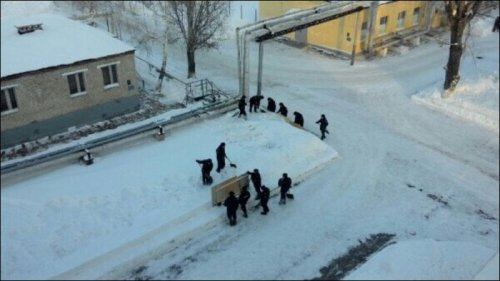 Как в армии убирают снег (15 фото)