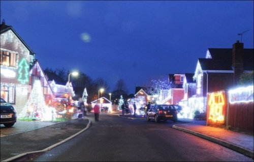 Рождественские декорации украсили британский город Хедж Энд (16 фото)