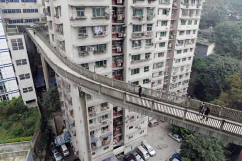 Пешеходный мост между высотками в городе Чунцин (5 фото)