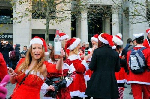 """В Нью-Йорке прошёл """"пьяный"""" парад Санта-Клаусов SantaCon (36 фото)"""