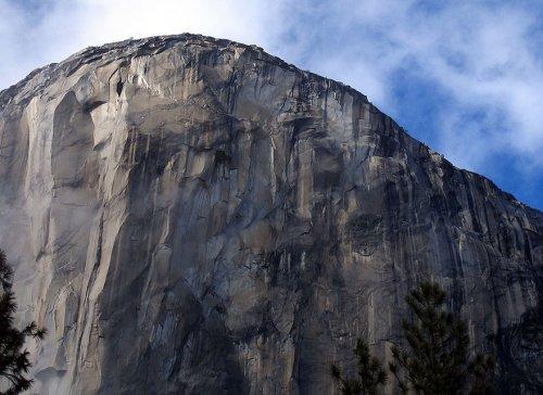 Двое альпинистов преодолевают сложнейший в мире маршрут (18 фото)
