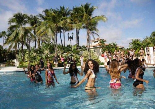 Участницы конкурса Мисс Вселенная-2014 в знаменитом шоу купальников (36 фото)